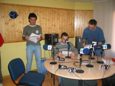 ........en el estudio de HIT RADIO .....